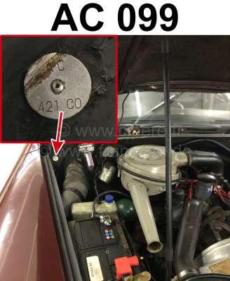 Citroen-2CV Typenschild Farbe: AC099. Befestigt im Motorraum Citroen DS + 2CV