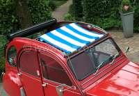 2CV, Sonnensegel blau-weiß gestreift. Das Segel wird bei geöffneten Dach eingespannt! Die Ummantelung der mittleren Dachstrebe muss demontiert werden! Passend für Citroen 2CV. | 18410 | Der Franzose - www.franzose.de