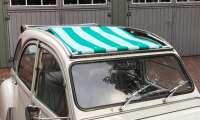 2CV, Sonnensegel grün-hellgrün gestreift. Das Segel wird bei geöffneten Dach eingespannt! Die Ummantelung der mittleren Dachstrebe muss demontiert werden! Passend für Citroen 2CV. - 18411 - Der Franzose