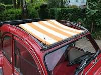 2CV, Sonnensegel orange-hellbeige gestreift. Das Segel wird bei geöffneten Dach eingespannt! Die Ummantelung der mittleren Dachstrebe muss demontiert werden! Passend für Citroen 2CV. | 18249 | Der Franzose - www.franzose.de