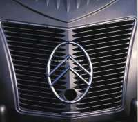 2CV alt, Kühlergrill, Citroen-Emblem aus Aluguß. Passend für Citroen 2CV bis Baujahr 1955. (Wellblech Motorhaube). Das Emblem muss etwas angepasst werden. | 16842 | Der Franzose - www.franzose.de