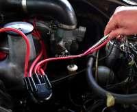 Zündungstester. Dieser berührungsfreie Zündungstester prüft in schnellster Zeit, ob eine Hochspannung an der Zündkerze, Zündkabel, Zündspule anliegt. Einfach den Tester bei laufenden Motor an die entsprechende Stelle halten, und ein Lampe zeigt Ihnen an, ob eine Hochspannung anliegt. Jeder, der schon jemals beim Zündung testen einen Stromschlag bekommen hat, weiß dieses kleine Gerät zu würdigen! Achtung: Je nach Abschirmung der Zündkabel, kann es möglich sein, dass man das Blinken (bei Tageslicht) nur ganz schlecht sieht. -1 - 20506 - Der Franzose