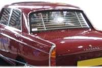 P 404, Heck - Jalousie . Passend für Peugeot 404 Limousine. Schnell eingebaut (Die Halterungen werden nur in das obere und untere Heckfenstergummi gesteckt). Ein typisches Zubehör aus den fünfziger Jahren. Made In France - 77829 - Der Franzose