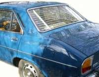 P 504, Heck - Jalousie . Passend für Peugeot 504 Limousine. Schnell eingebaut (Die Halterungen werden nur in das obere und untere Heckfenstergummi gesteckt). Ein typisches Zubehör aus den sechziger Jahren. Made In France - 77832 - Der Franzose