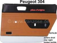 P 304, Türverkleidung hinten rechts. Farbe: Kunstleder beige, unten silber abgesetzt (Beige 3301). Passend für Peugeot 304 (Limousine). Original Peugeot, kein Nachbau. Or. Nr. 9376.29 | 78223 | Der Franzose - www.franzose.de
