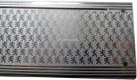 P 403, Schwellerzierblech vorne links. Das Blech ist sichtbar, wenn die Tür geöffnet ist. Super seltene originale Ausführung, mit ca. 1000 kleinen Löwen die auf dem Blech eloxiert sind. Peugeot NOS, Or. Nr. 907012 -1 - 78064 - Der Franzose