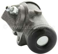 R4/R5, wheel brake cylinder, front on the right. Brake system: Bendix. Suitable for Renault R4 (R1123, R1126, R1129), of year of construction 7/1966 to 1985. R4 Fougnette, of year of construction 7/1966 to 1986. Renault R5, of year of construction 1972 to 1984. Piston diameter: 23,8mm. Brake line connector: 3/8 x 24UNF. Mounting board bore: 32mm. Length over everything: 73mm. Made in Europe. -1 - 84126 - Der Franzose