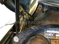 outil d'atelier, Citroën DS, crochet de maintient du capot moteur en position ouverte pour vos travaux dans le compartiment moteur. Ouverture à près de 90°. La béquille d'origine de la DS ne permet pas de tenir le capot longtemps ouvert, car il y a risque de déformation voir de déchirure de l'aluminium. Ce crochet vous permet de garder le capot ouvert pendant toute l'opération de réparation. Indispensable dans vos outils de bord. Attention: utilisation en extérieure déconseillée en raison des risques causés par le vent. | 37802 | Der Franzose - www.franzose.de